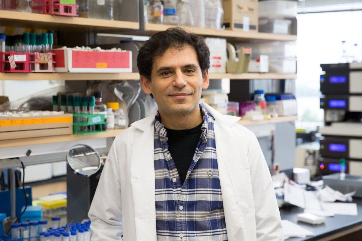 Daniel Amador-Noguez in his lab